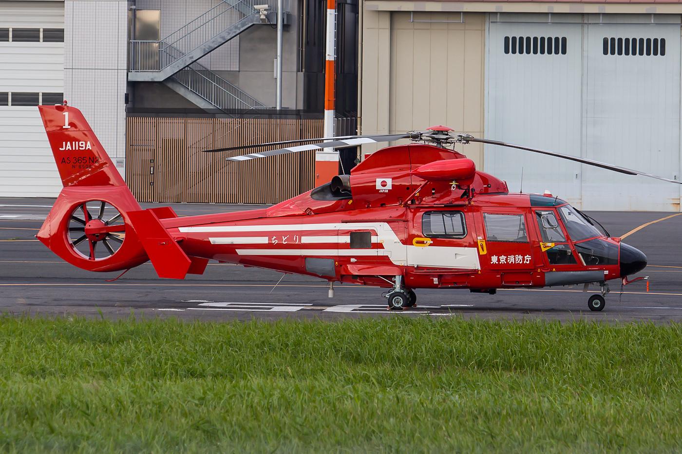Die Feuerwehr von Tokyo benutzt neben dieser AS-365 N2 Dauphine II auch noch Super Pumas.