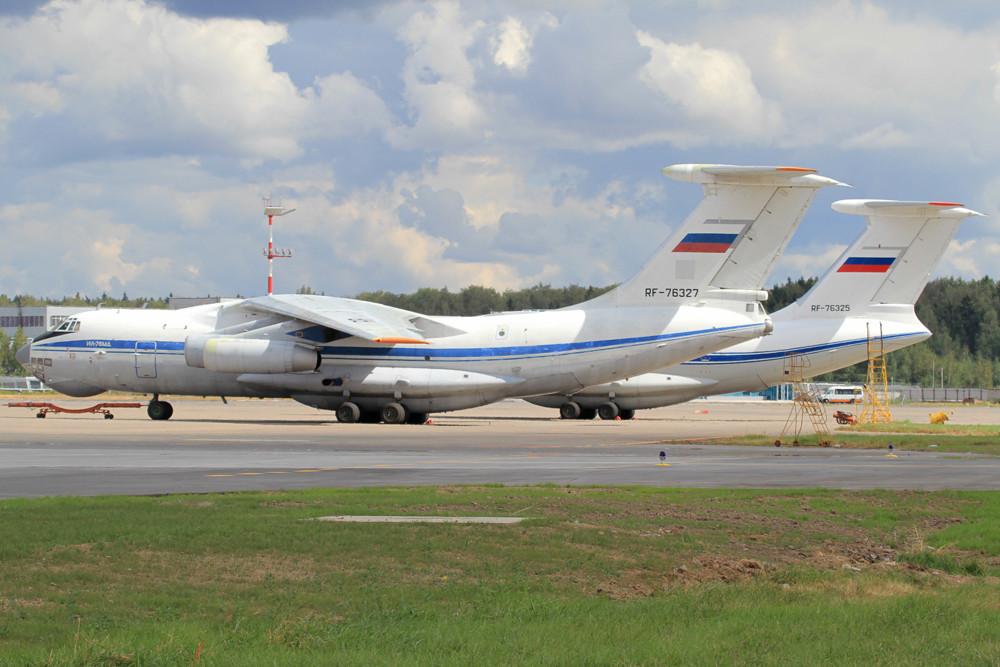 diese zwei Iljushin IL-76.