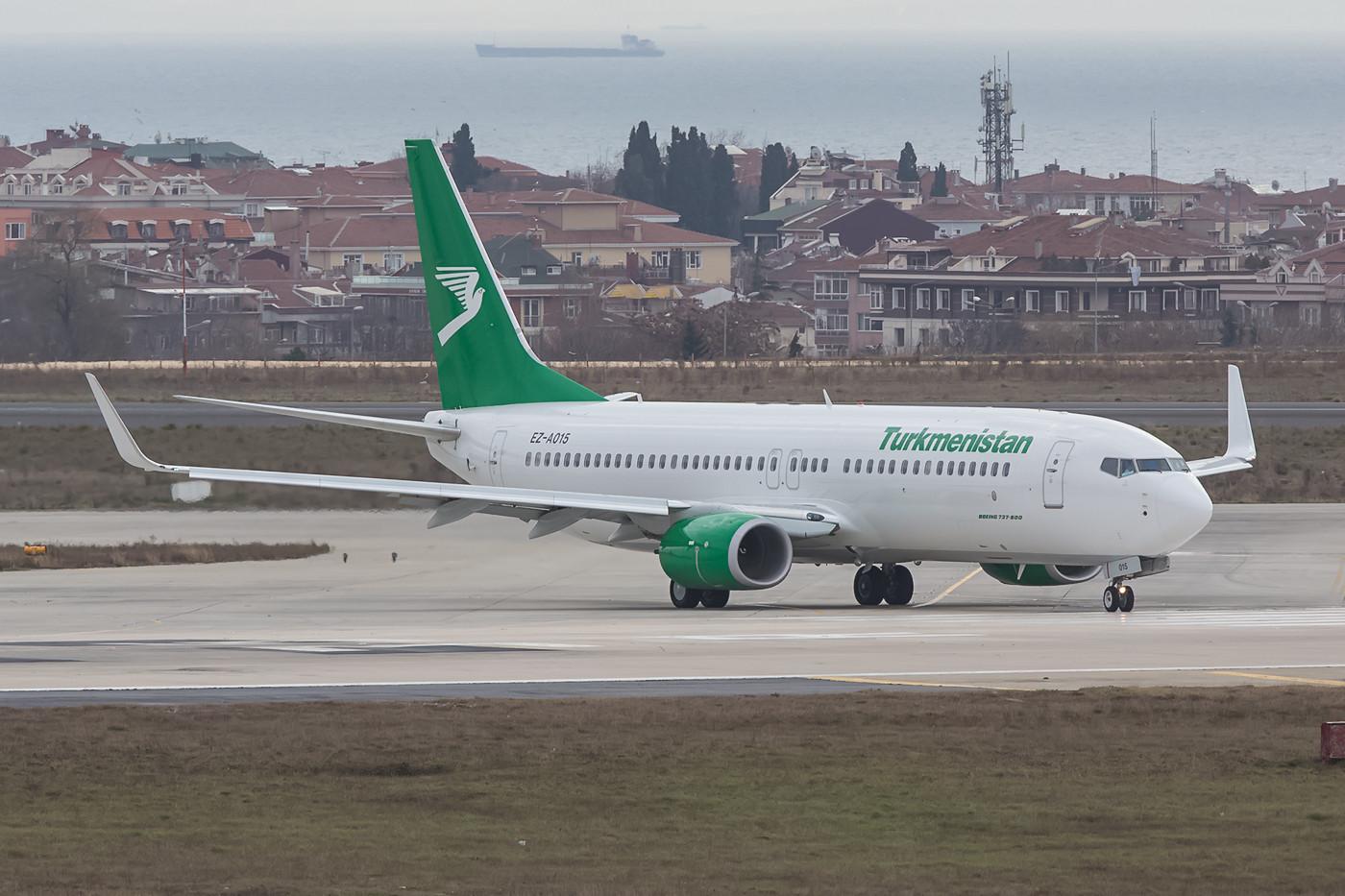 Boeing 737-800 der Turkmenistan Air, der Frachter kommt leider im Dunkeln.