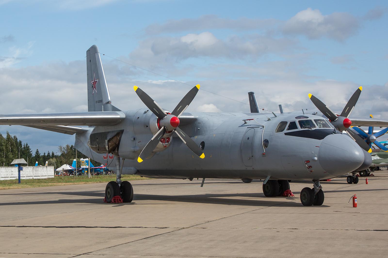 Der mittlere Transporter Antonov An-26.