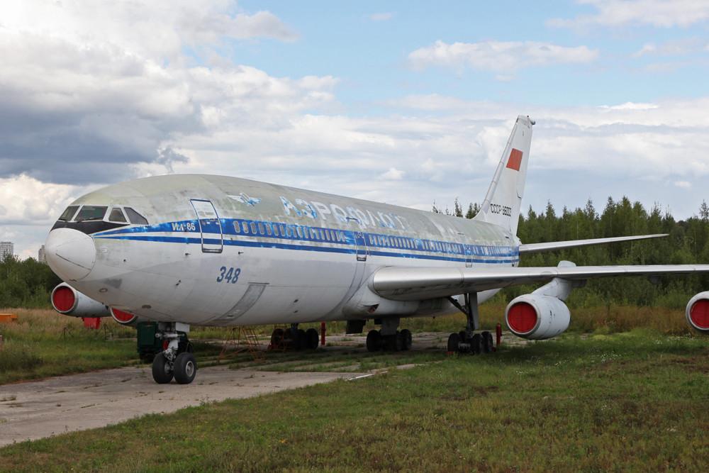 Iljushin IL-86 auf dem Gelände der Technischen Hochschule.