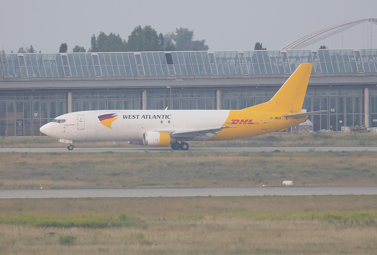 Boeing 737-4Q8(SF) der West Atlantic aus Großbritannien. Vorbesitzer war Turkish Airlines.