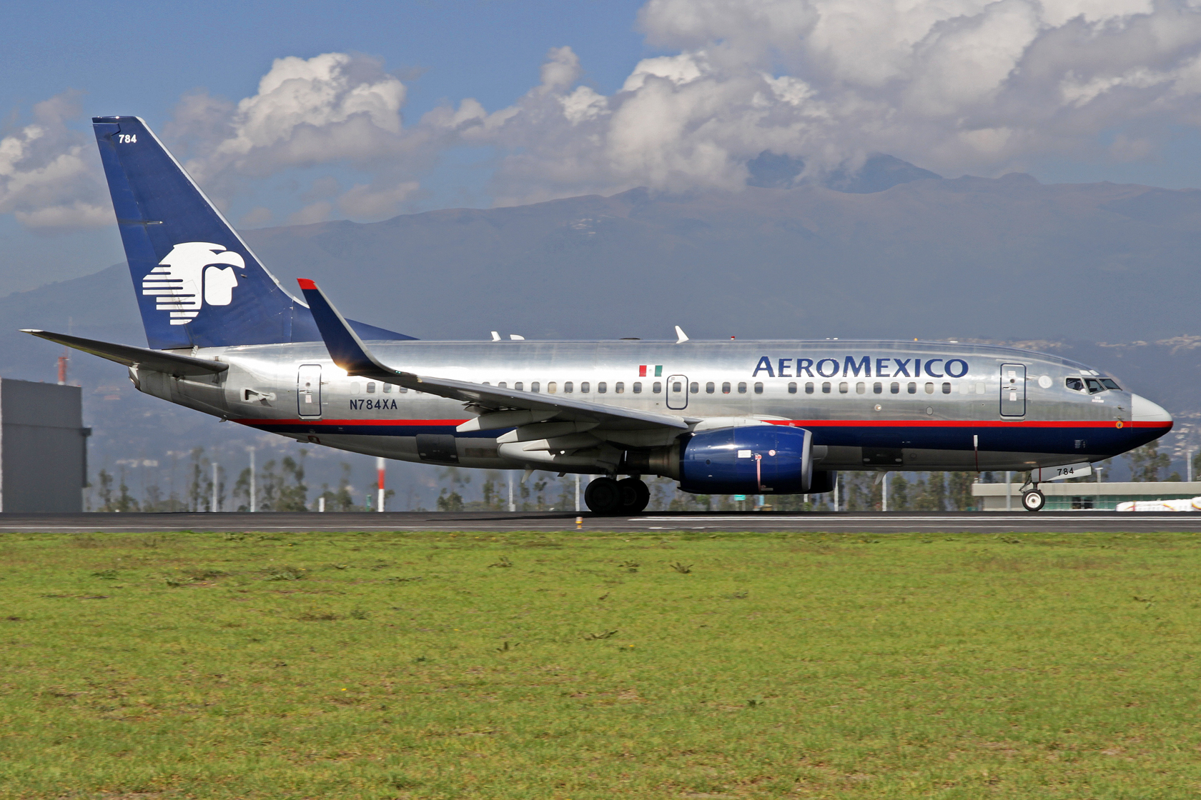AeroMexico Boeing 737-752 N784XA