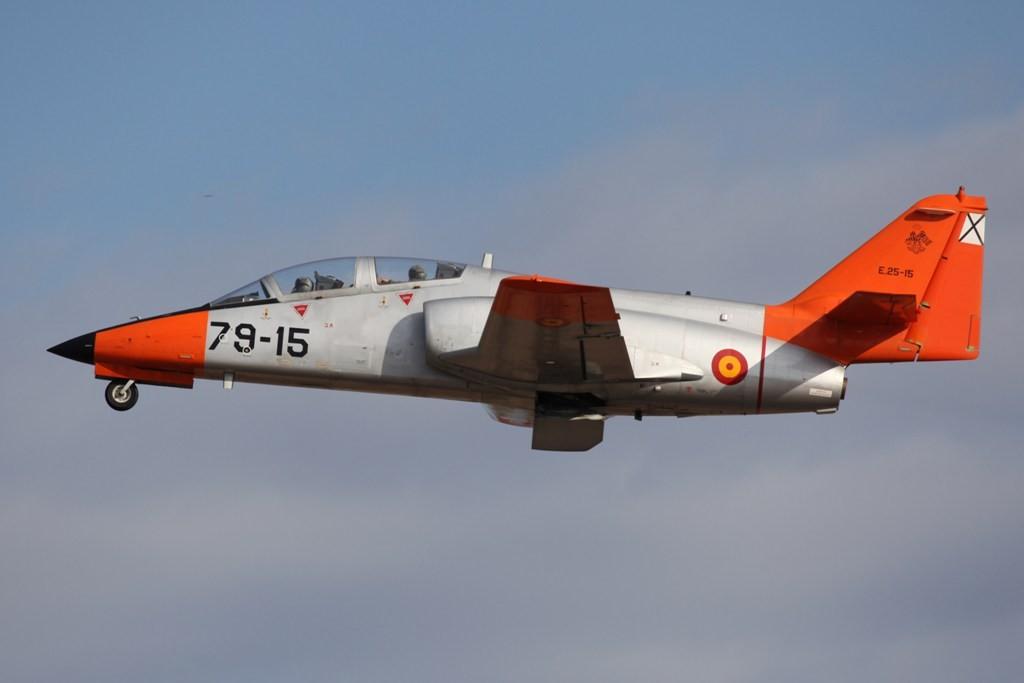 Ein CASA 101 Aviojet bricht zum Training auf.