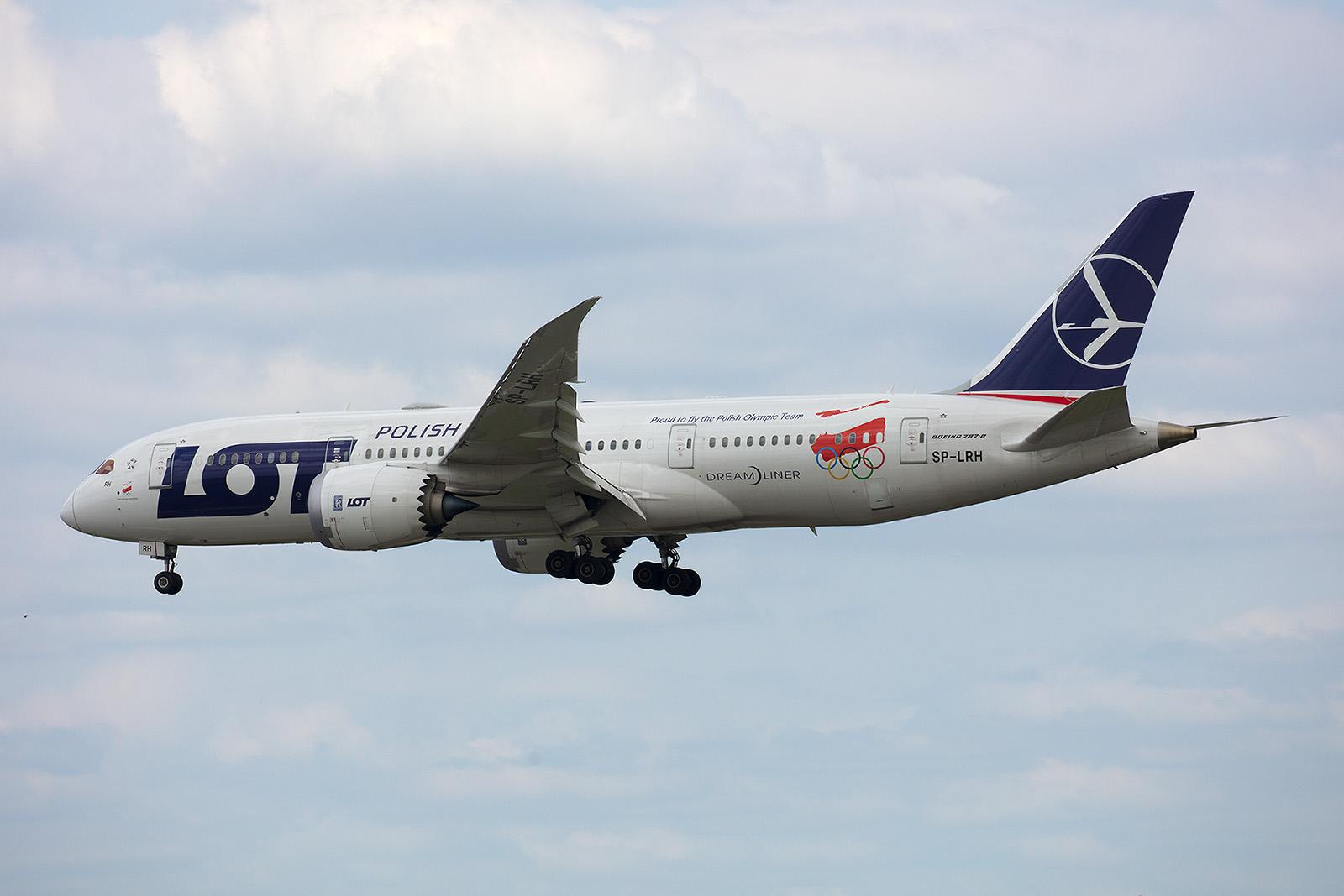 Der Dreamliner SP-LRH mit dem Sticker für die polnische Olympiamannschaft.