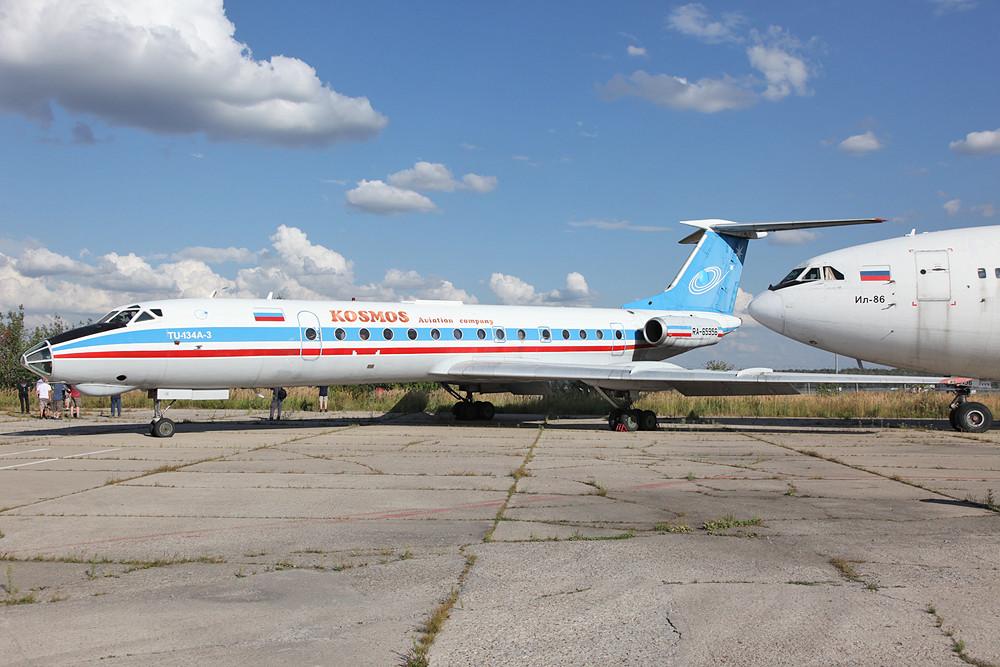 Tupolev TU-134A in den Farben der nicht mehr aktiven Kosmos Avia