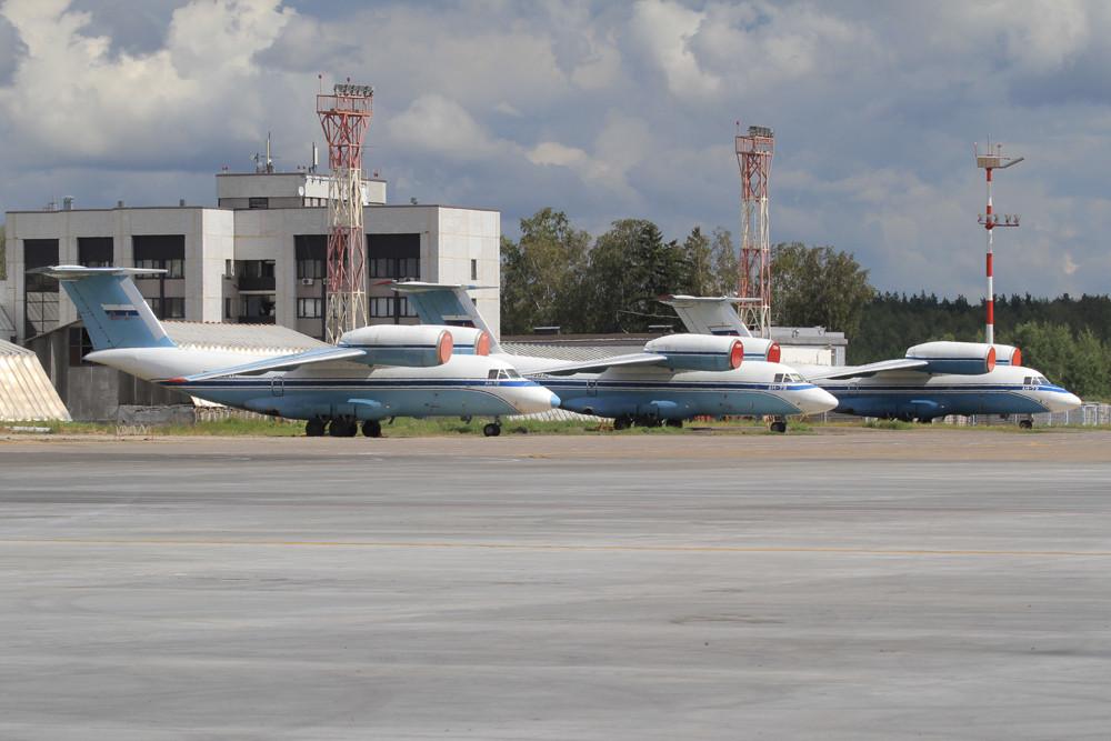 Auf dem militärischen Teil finden sich u.a. diese drei Antonov AN-74 und....