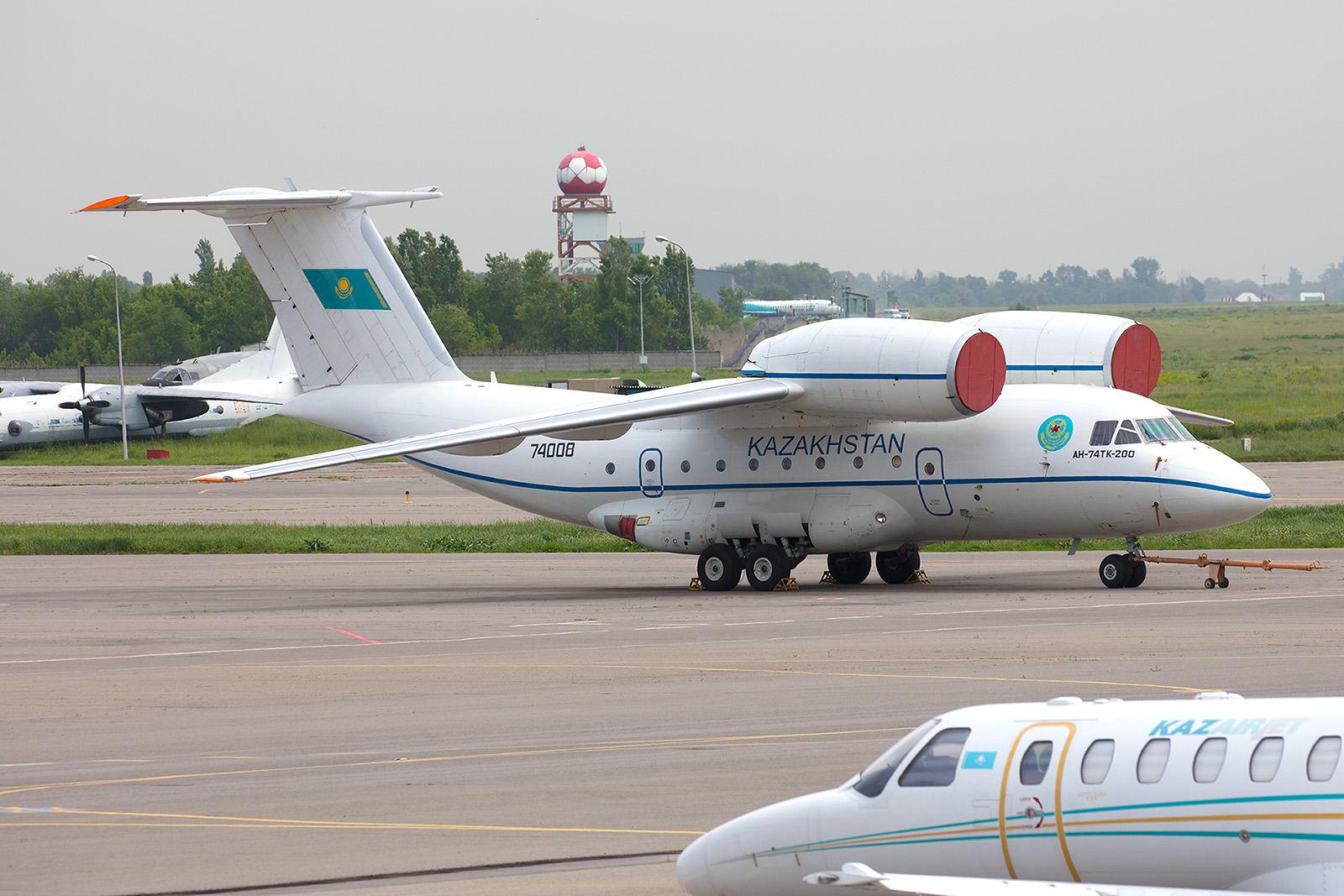 Direkt daneben stand diese Antonov An 74 der Luftwaffe für ViP-Transporte.