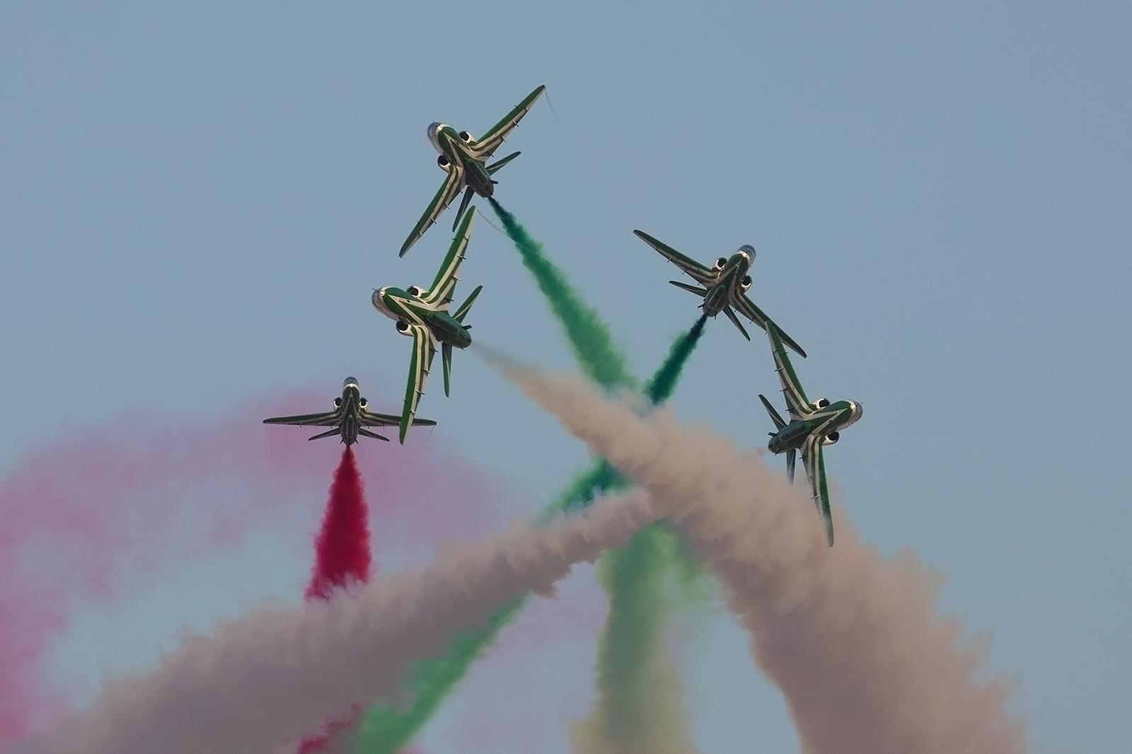 "Formationskunstflug der ""Saudi Hawks""."