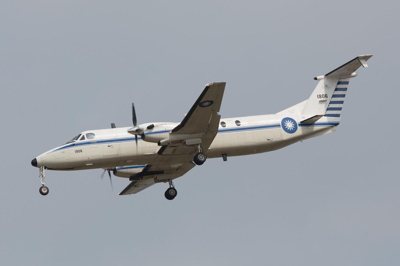 Zwischendurch flog diese Beech 1900C der Special Transport Squadron einige Runden.