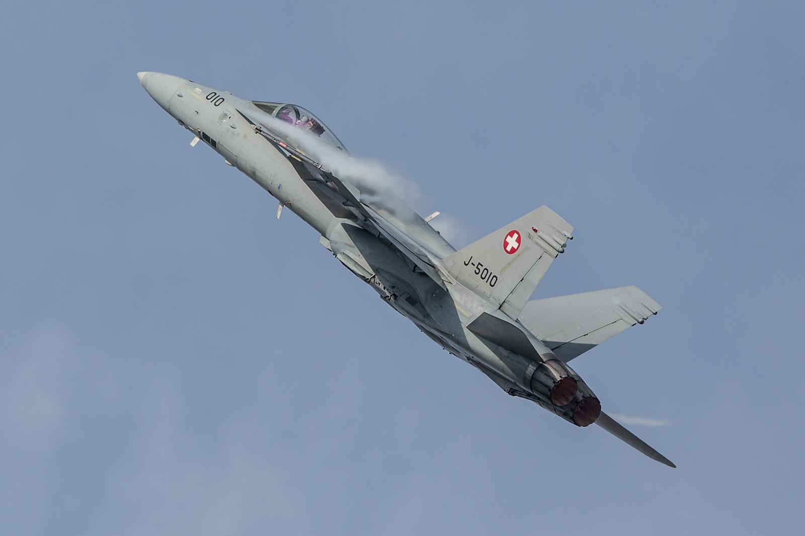 Auch die schweizer F-18 kommen langsam in die Jahre, man darf gespannt sein ob und welchen Ersatz es geben wird.