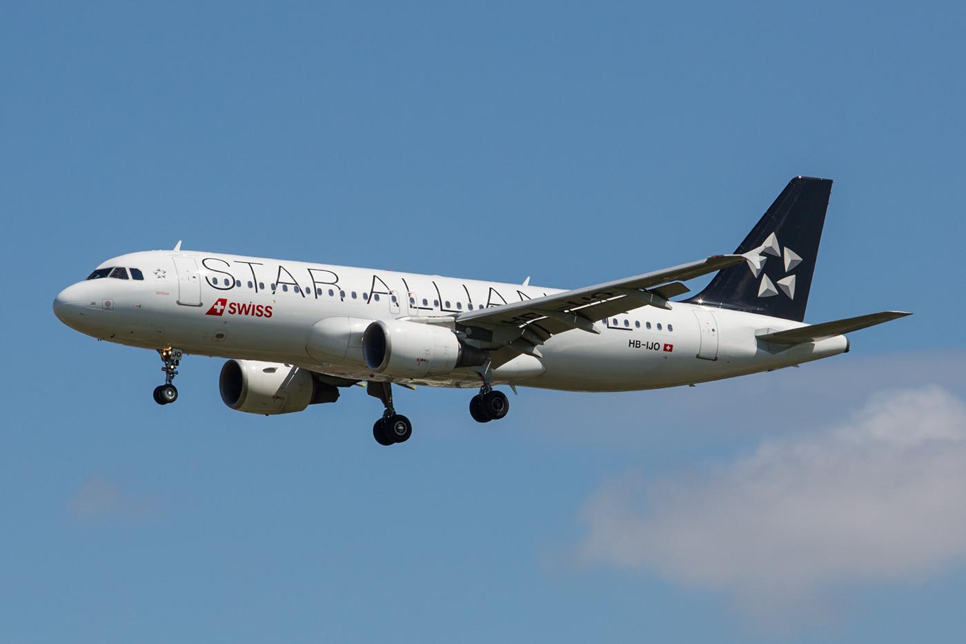 Einer von zwei A320 der Swiss in den Farben der STAR ALLIANCE ist die HB-IJO.