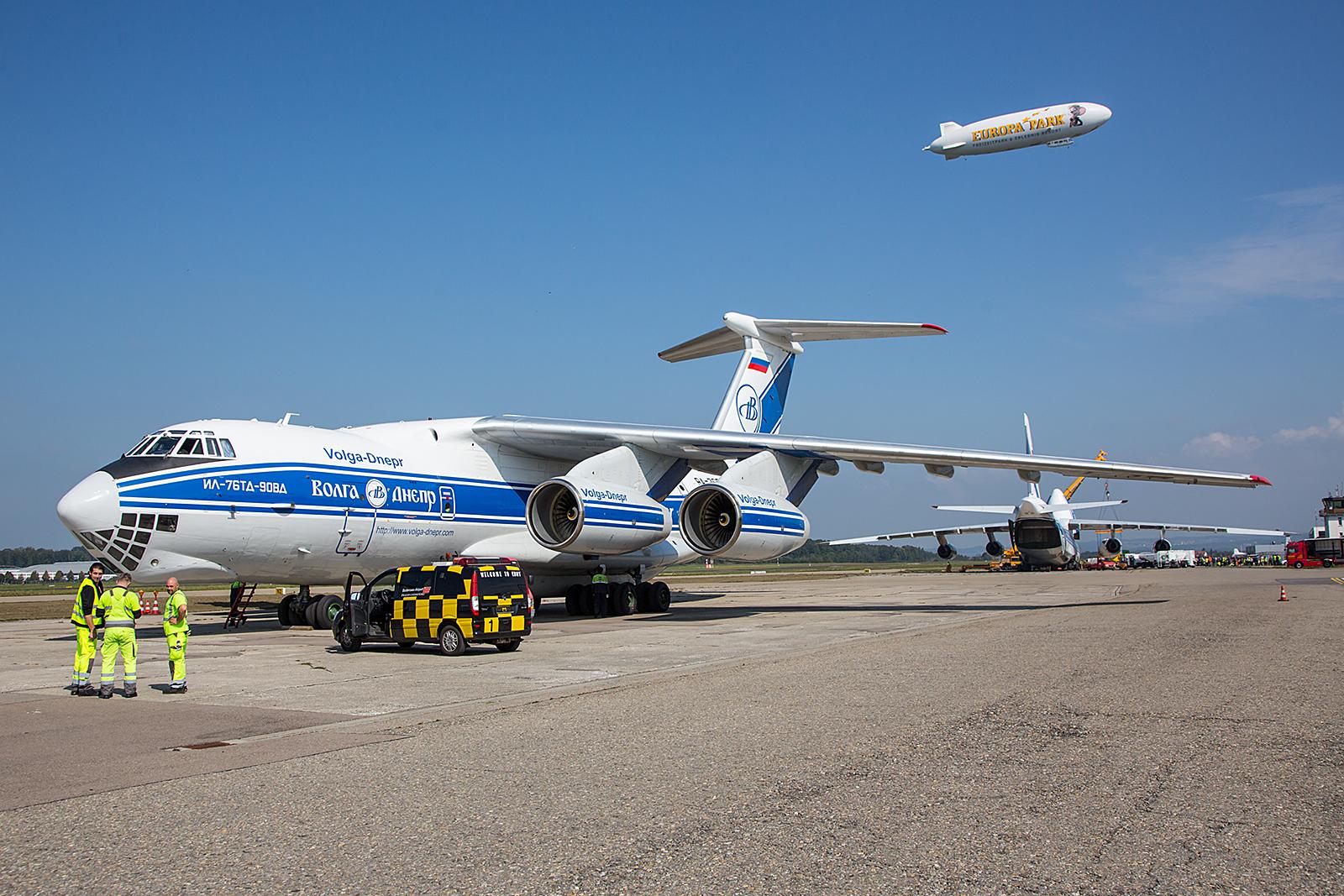 Beider Transportmaschinen auf der Ramp in FDH, darüber der Zeppelin NT.