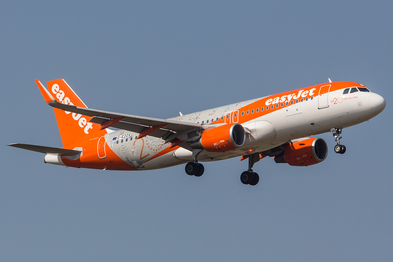 Seit nunmer 20 Jahren fliegt die Easyjet am Himmel über Europa. Einst startete sie mit gebrauchten Boeing 737 von Gatwick aus, heute ist es eine reine Airbusflotte.