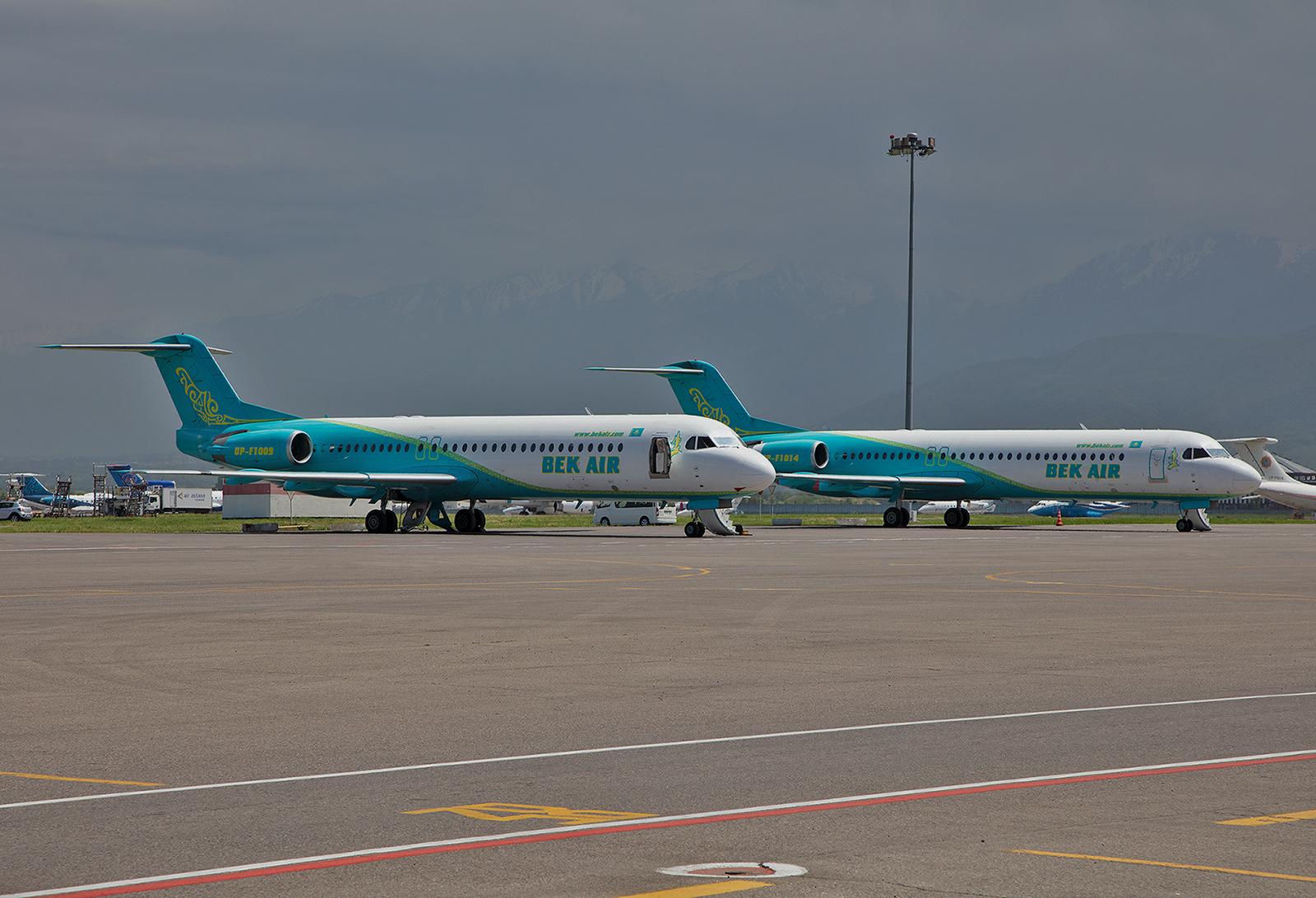 Zwei Fokker 100 von Bek Air auf der Rampe.