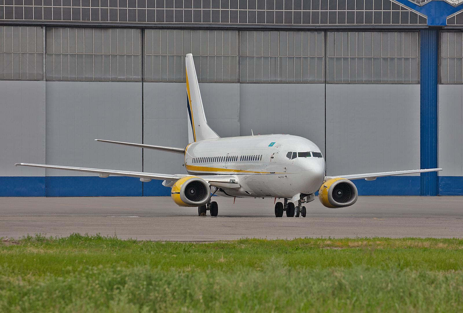 Eine der Boeing 737 der Sunkar Air. Die Airline betreibt neben vier dieser Boeing auch Businessjets.