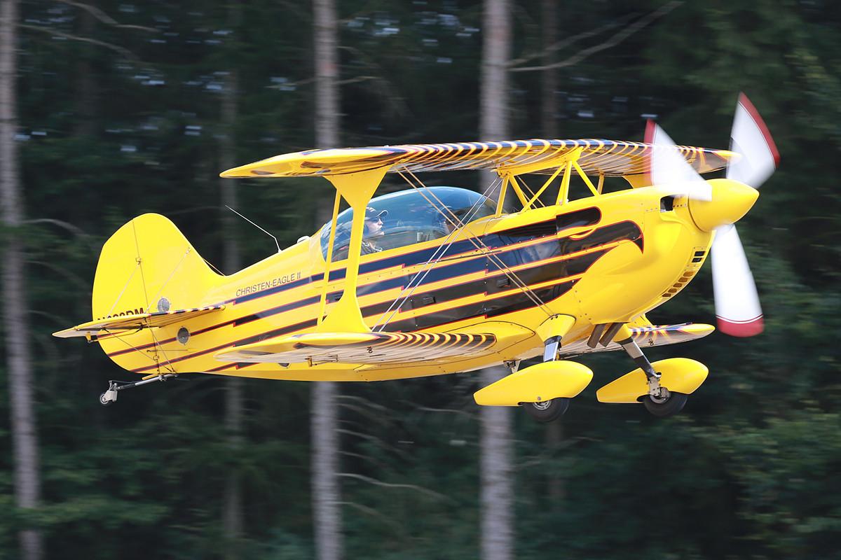 Eine Christen Eagle II, ein extrem schneller und kunstflugtauglicher Doppeldecker. Zwar kein UL, aber so schön gnubbelig.