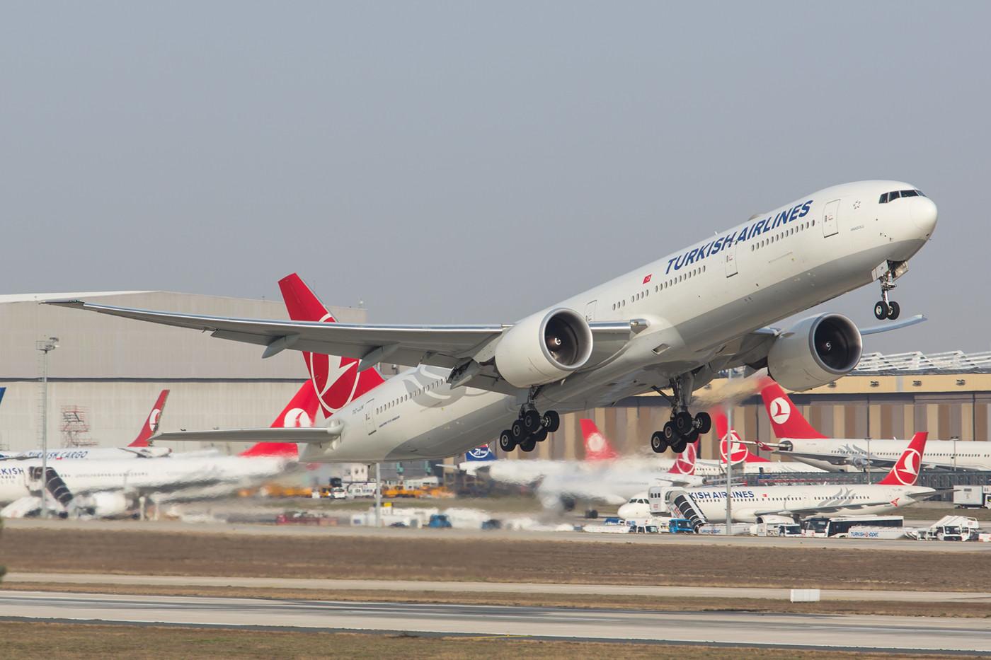 Hier eine der Boeing 777 beim Start zum Flug TK 1 nach JFK.