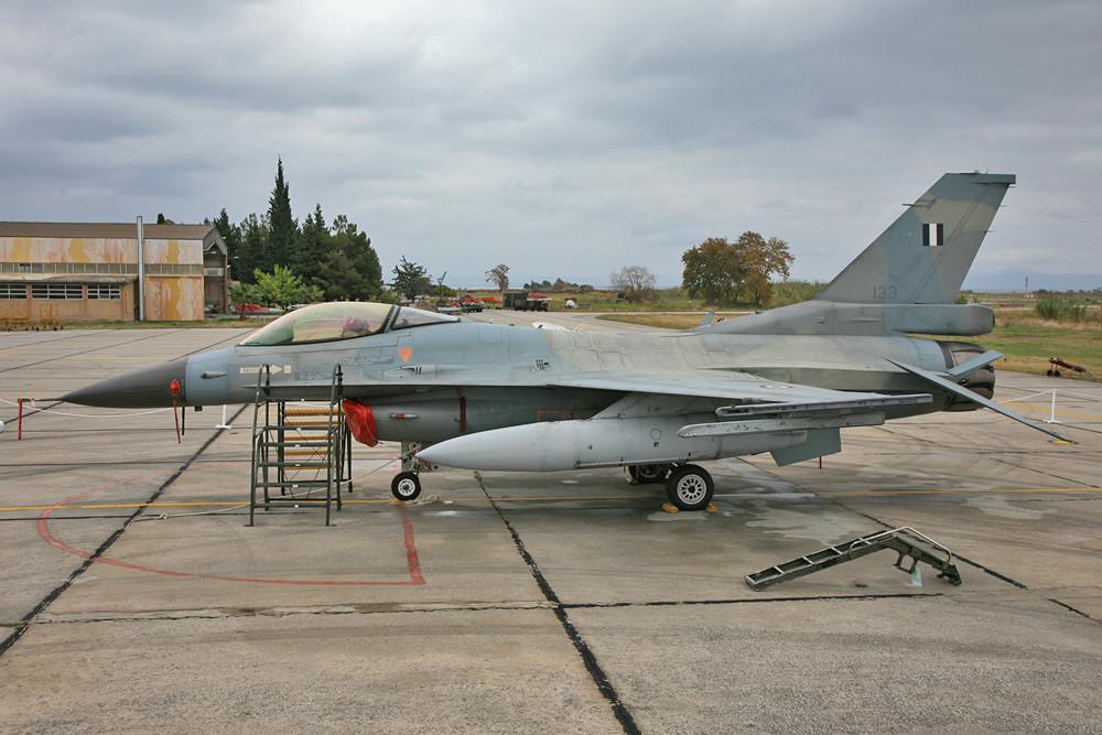 Draussen gab es zweimal F-16 in Reinstform, d.h. ohne MLU, hier die Variante C und.....