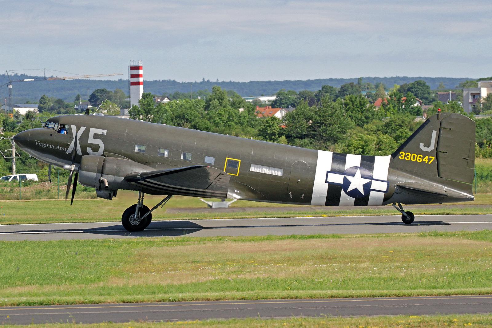"""N62CC - Diese DC-3C wurde ursprünglich als eine C-47A-60-DL von Douglas in Long Beach gebaut und 1943 an die USAAF mit der Kennung 43-30647 abgeliefert. Sie trägt den Namen """"Virginia Ann"""". Seit dem 17. Juni 2016 gehört sie der Mission Bosten D-Day LLC."""