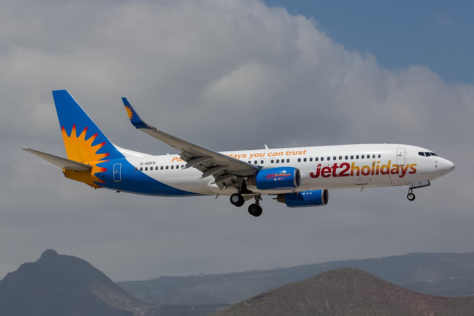 """Jet2 hat eine neue Marke geschaffen und fliegt einige Maschinen in dieser farbenfrohen """"Jet2 Holidays"""" Lackierung. Hier die Boeing 737-8K5 G-GDFD, ex-Hapag Lloyd, ex-TUIfly """"Sharan""""-spec.-cs."""