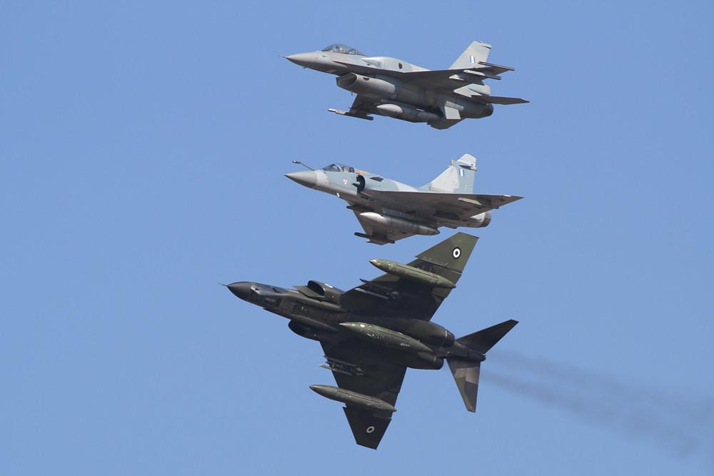 Die RF-4E verläßt die Formation.