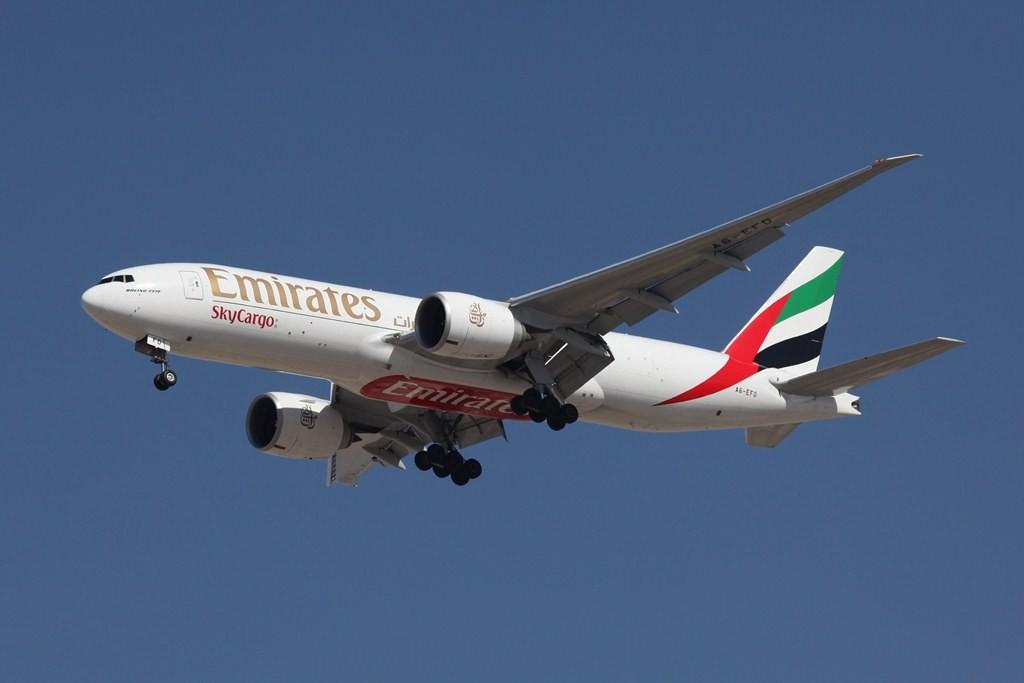 Emirates war eine der ersten Airlines, die den Boeing 777-Frachter beschafften. Technisch basiert Er auf der -200LR und wird von zwei GE 90 Triebwerken angetrieben.