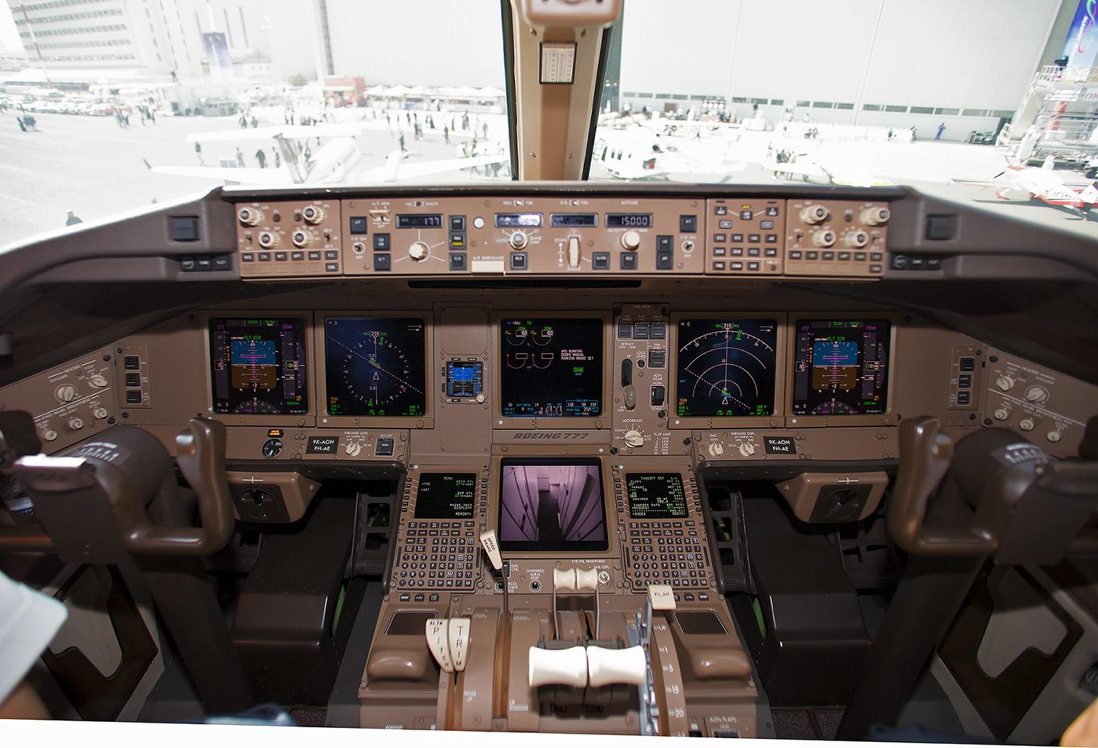 Das Cockpit der Boeing 777.