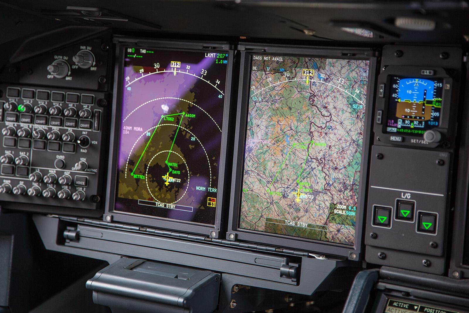 Bis auf die Farbe und einige wenige Änderungen in der Anordnung der Instrumente gleicht das Cockpit dem der A380.