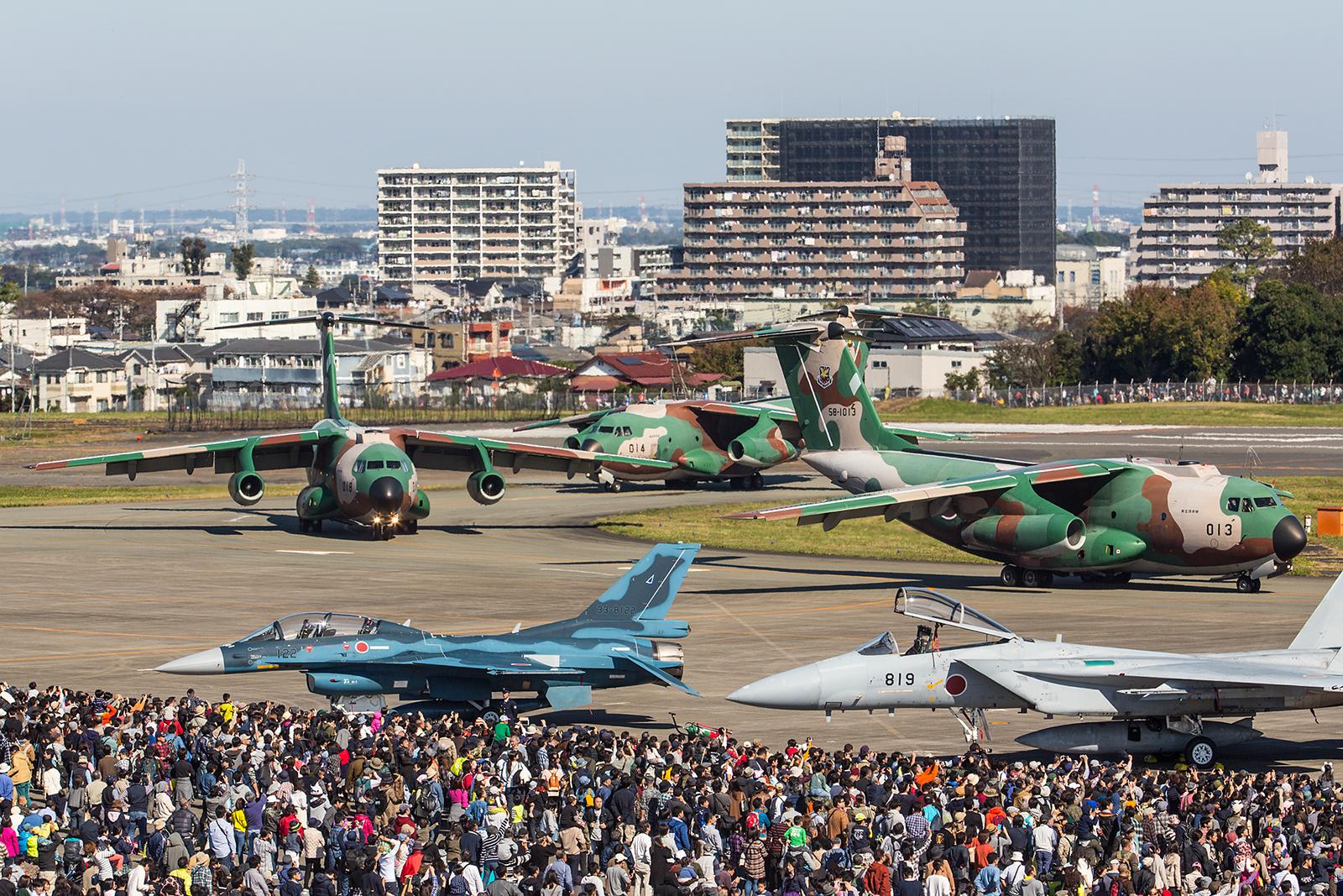 Insgesamt acht Maschinen rollten dann an den rund 250.000 Zuschauern vorbei.