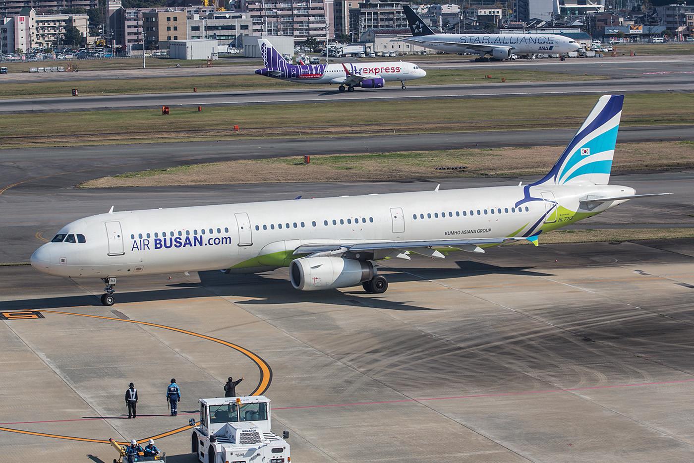 Air Busan ist ein Tochterunternehmen der Asiana und nutz in Masse auch deren Flugzeuge. Die HL7713 ist ein A321.
