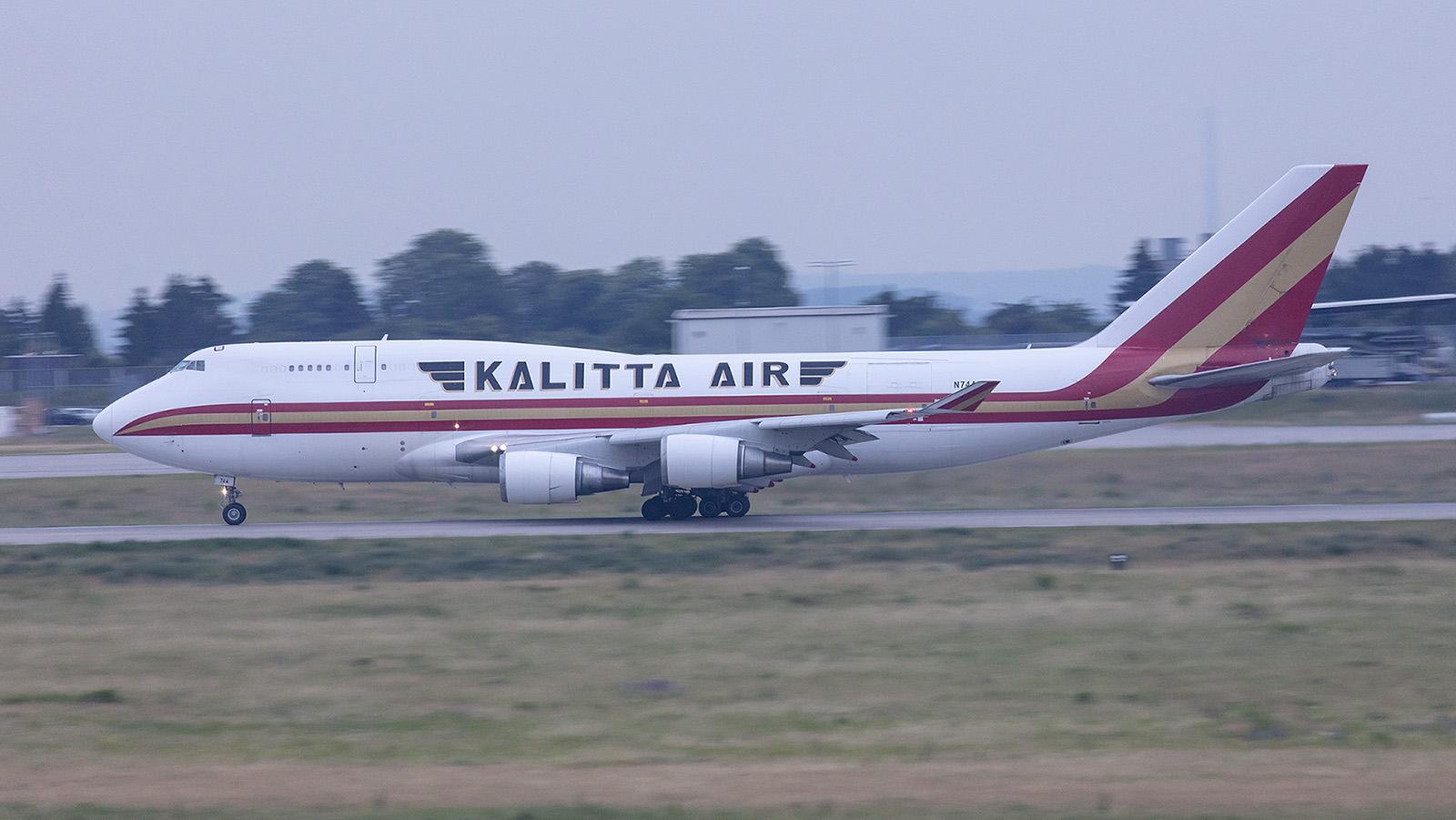 Boeing 747-446(BCF) der Kalitta Air. Wie die Kundennummer verrät, flog sie früher bei Japan Airlines.