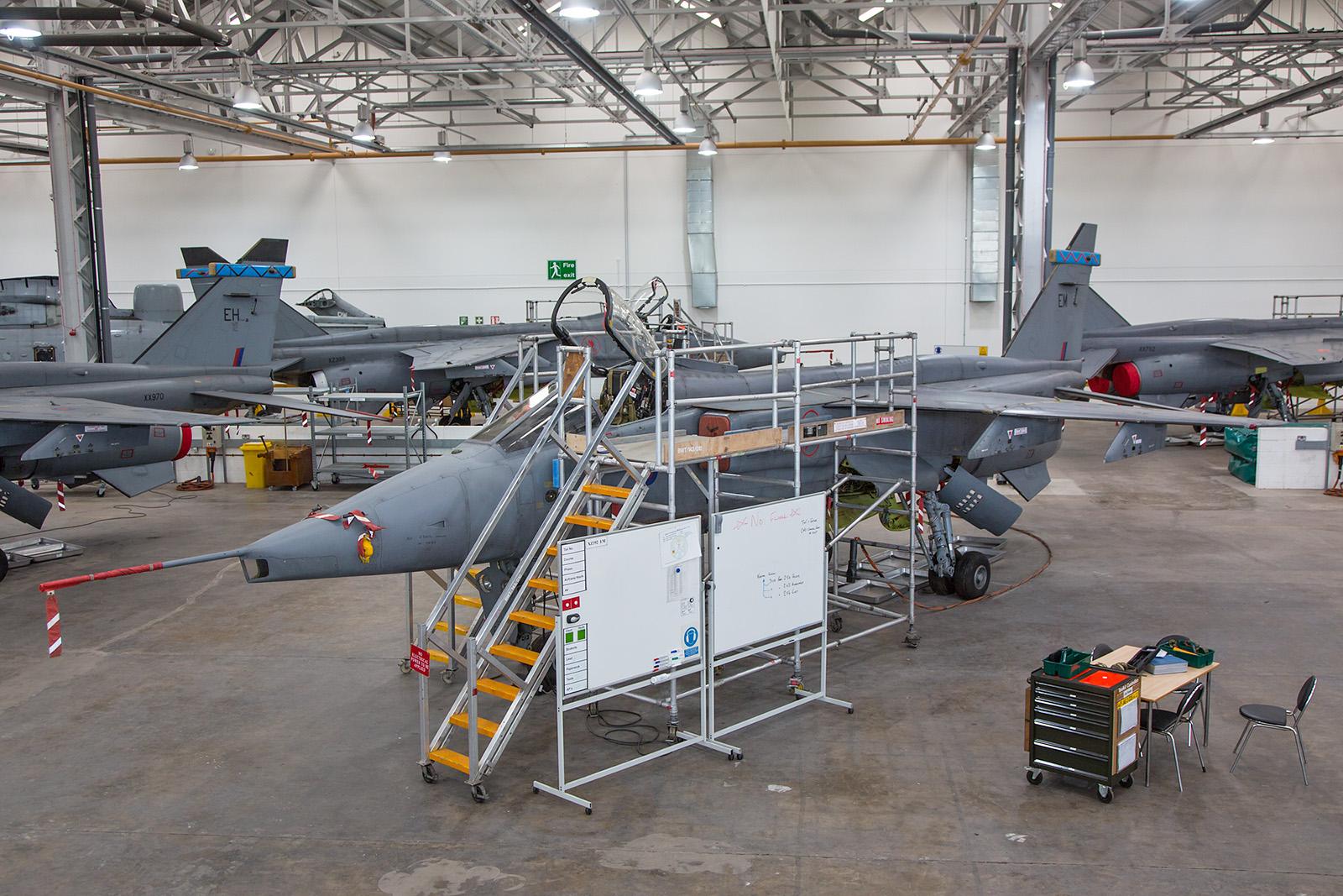 Die XZ392 trägt wie faste alle Jaguare in dieser Halle den blauen Streifen der No.6 Sqn.