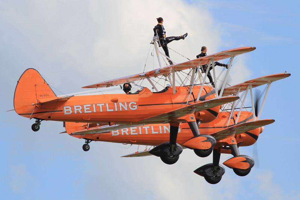 "Die ""Breitling Wingwalkers"" bei der Arbeit."