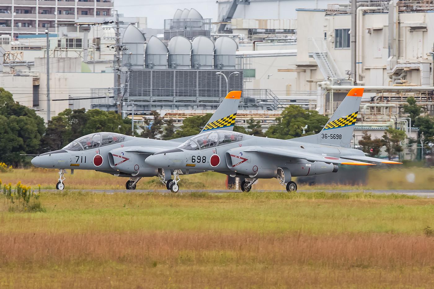 Zwei Kawasaki T-4 der 31st Kyoiku Hikotai beim Start.