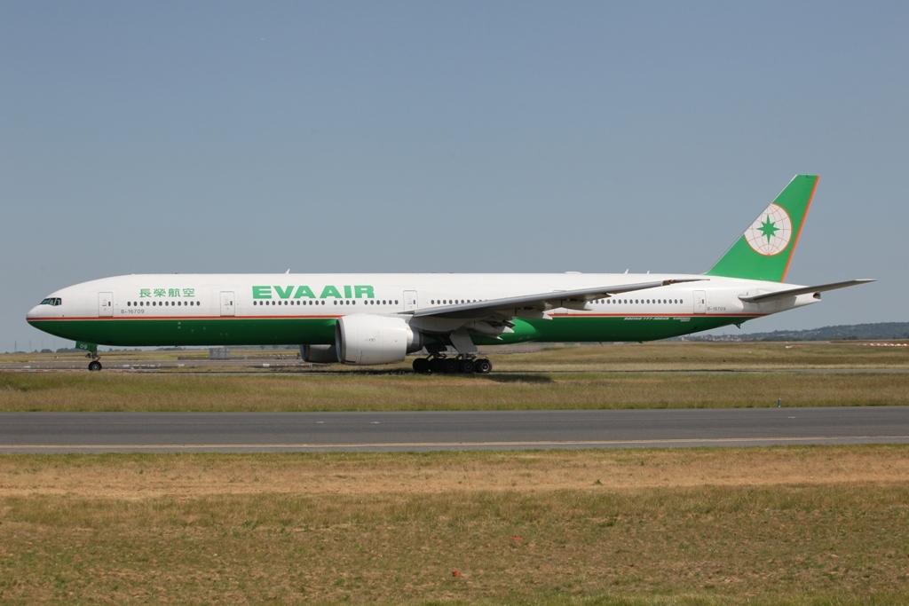 Eva Air kommt mit der Boeing 777-300ER nach CDG