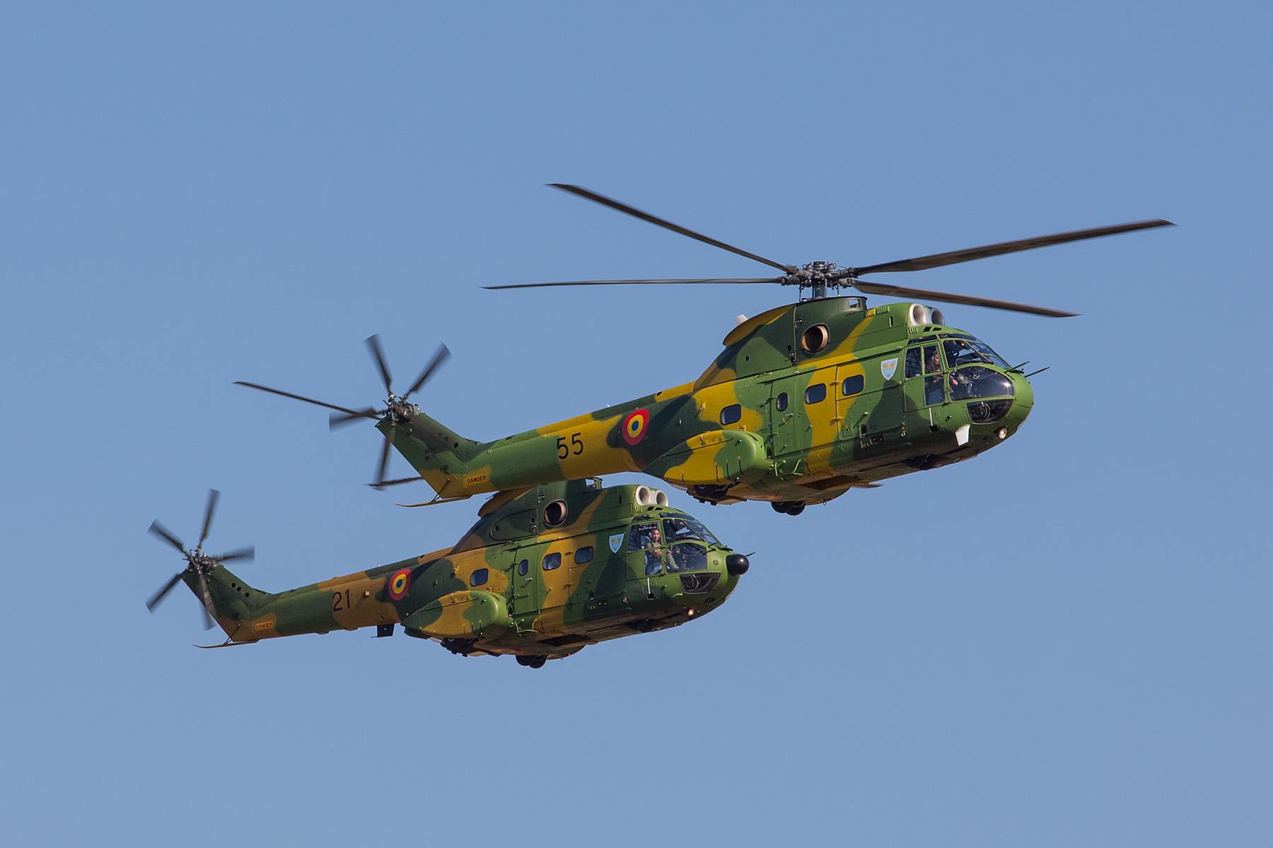 Auch hier fliegen zwei verschiedene Versionen, die 55 vorne ist eine Variante L, im Hintergrund die 21 eine M.