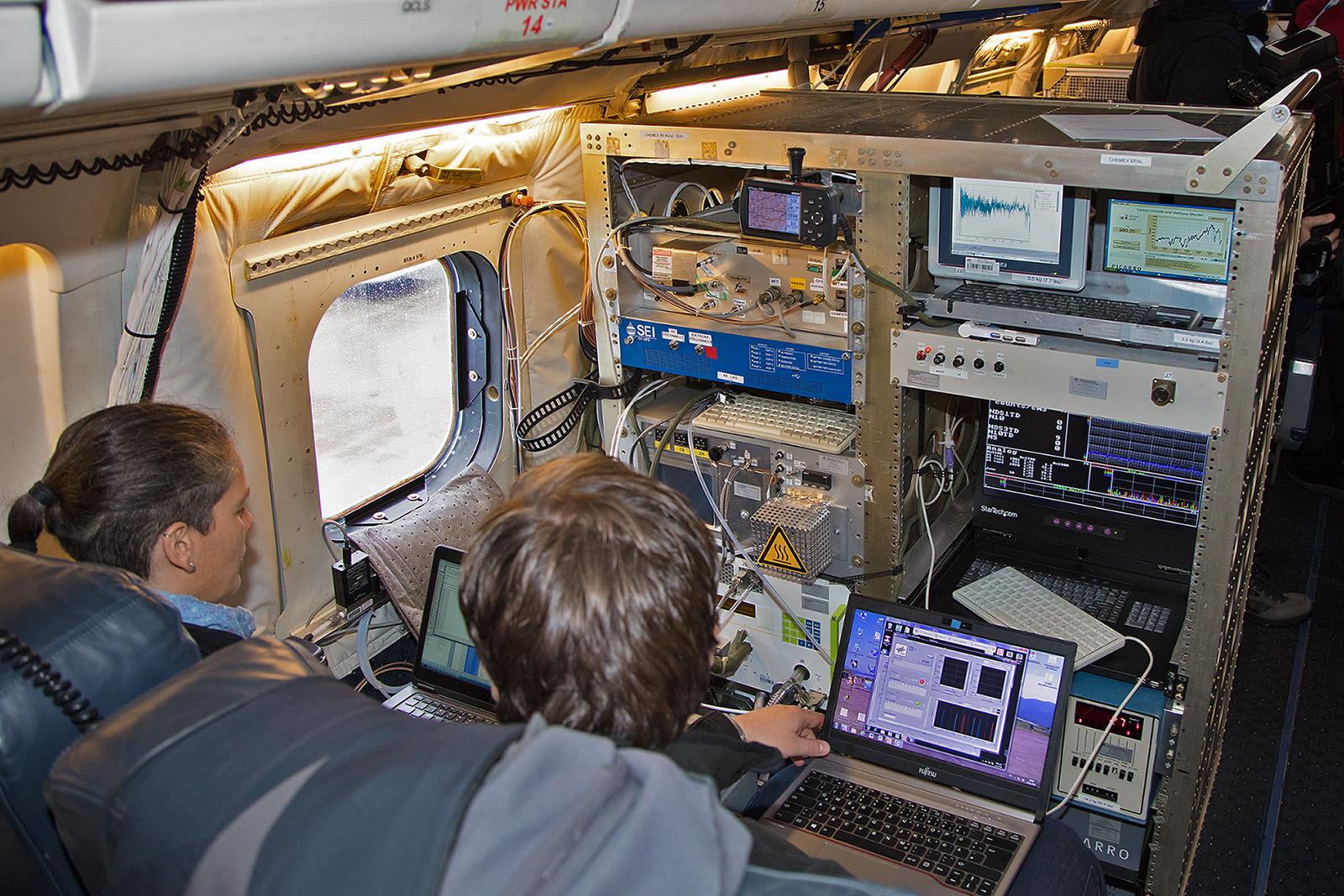Zwei der Wissenschaftler an ihrer Messstation.