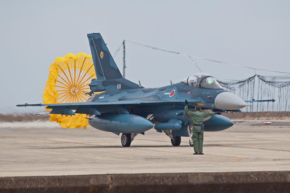 Die F-2 landen in der Regel mit dem Schirm, das schont die Bremsen und die Kasse.
