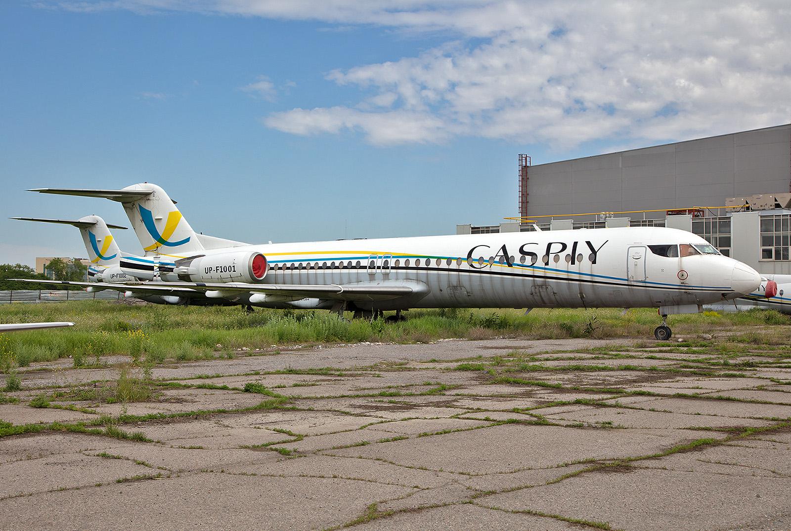 Zwei der ehemaligen Fokker der Caspiy Airlines, die heute auf ihr Ende warten.
