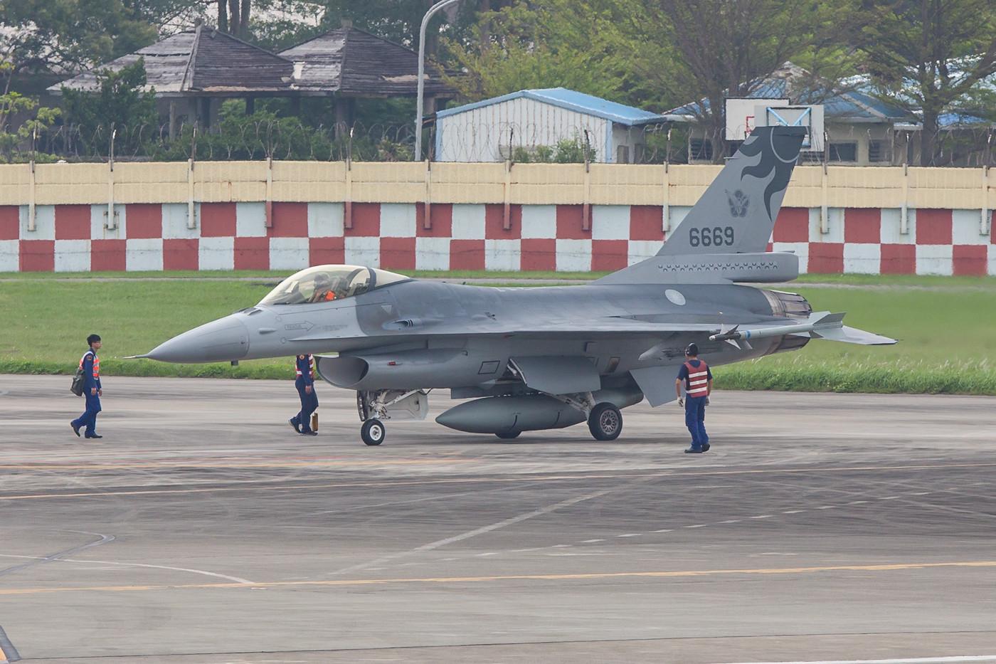 Startvorbereitungen an der Last Chance an einer F-16A