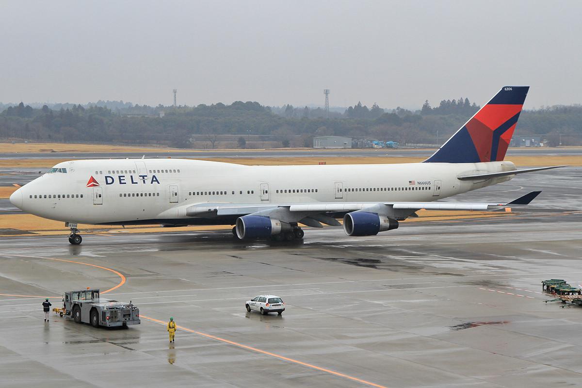 Eine der zahlreichen Delta Boeing 747-400.