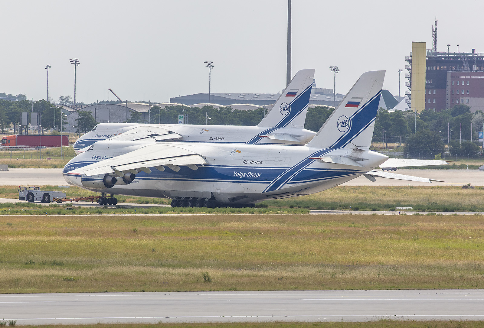 Diese läßt ihre Antonov 124 in eipzig warten.