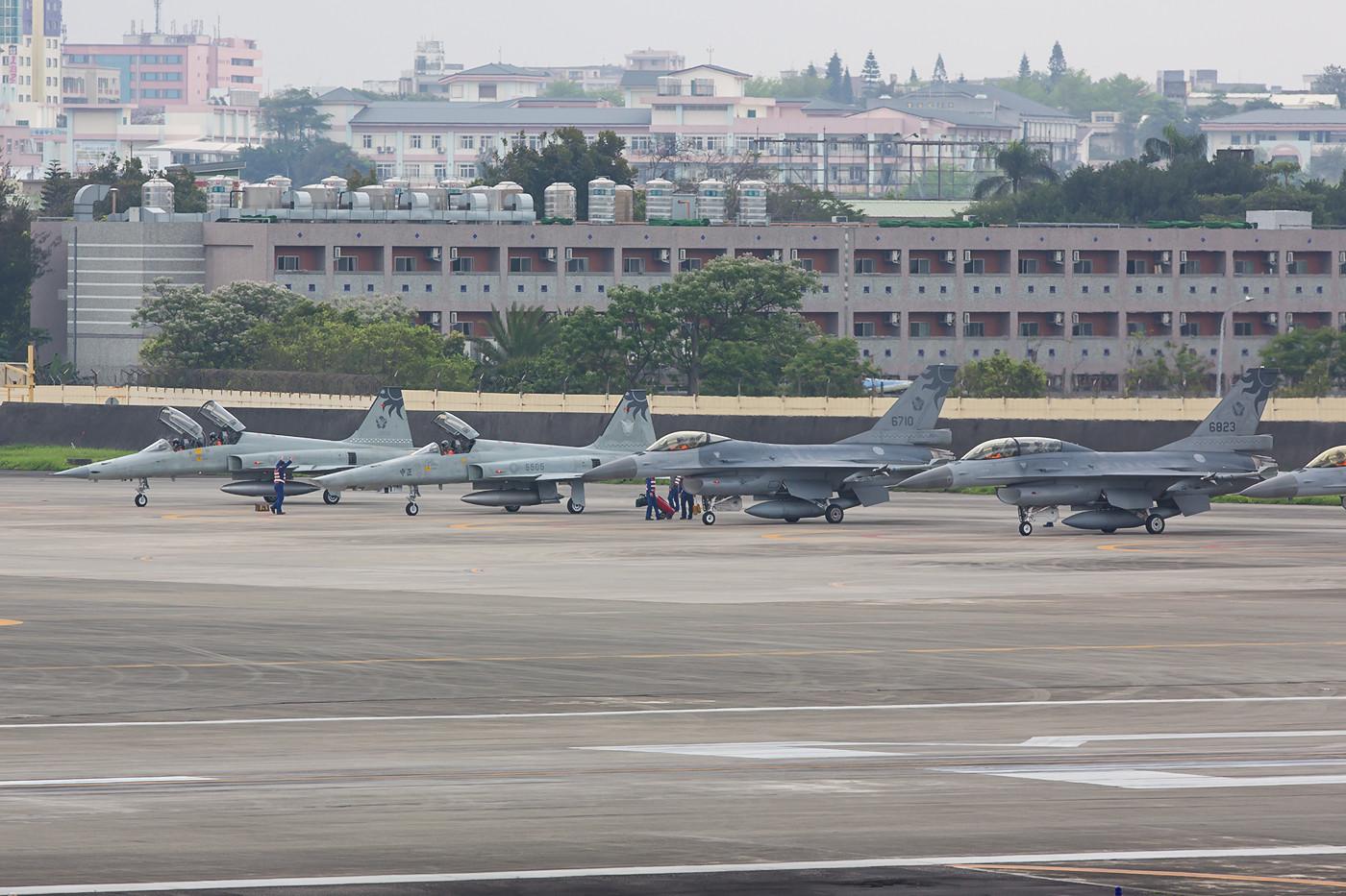 Zwei RF-5 der 12th TRS, nur noch acht Maschinen des Typs sind in der RoCAF aktiv.