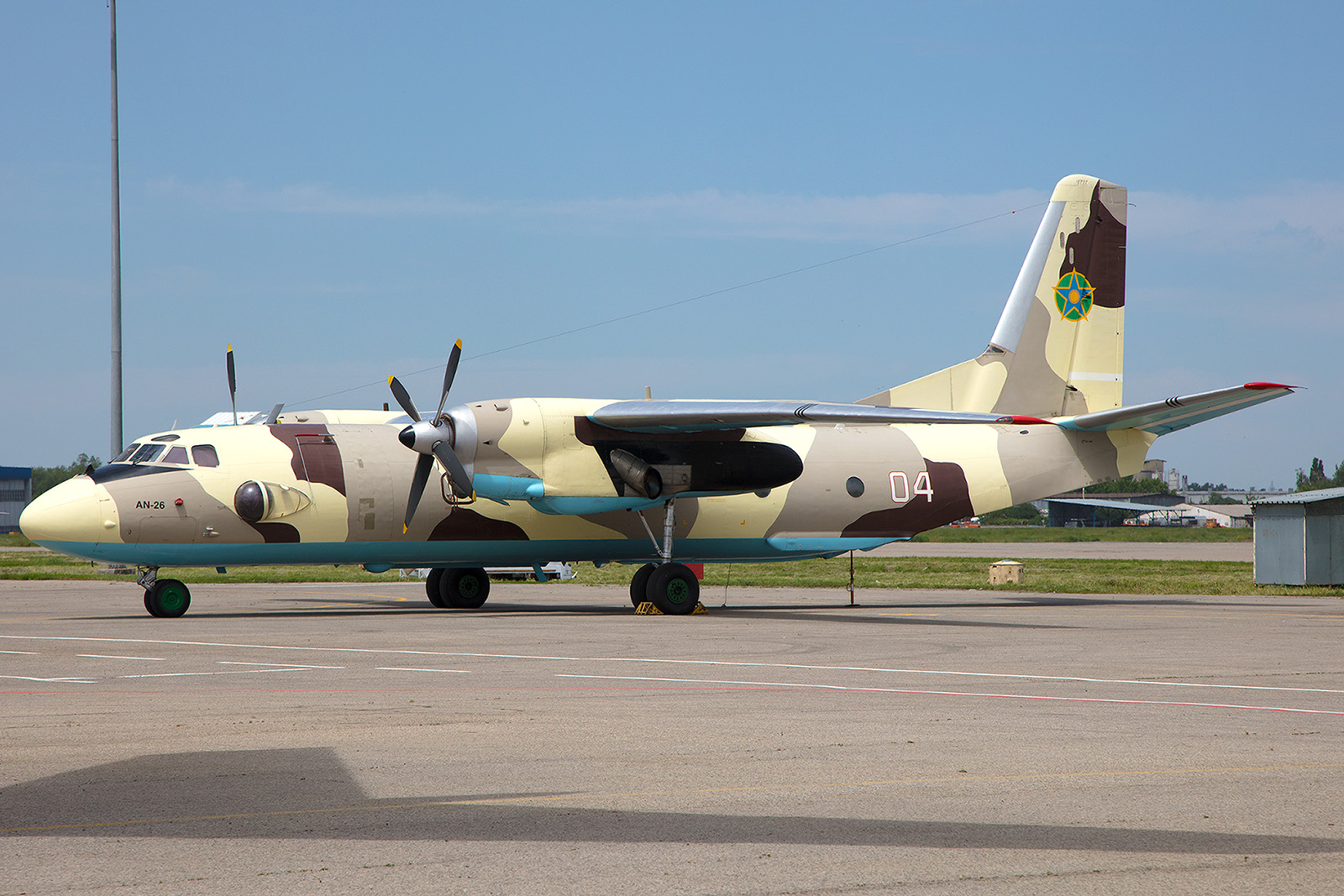 Antonov 26 des Kasachischen Grenzschutzes in ihrer auffälligen Tarnung.