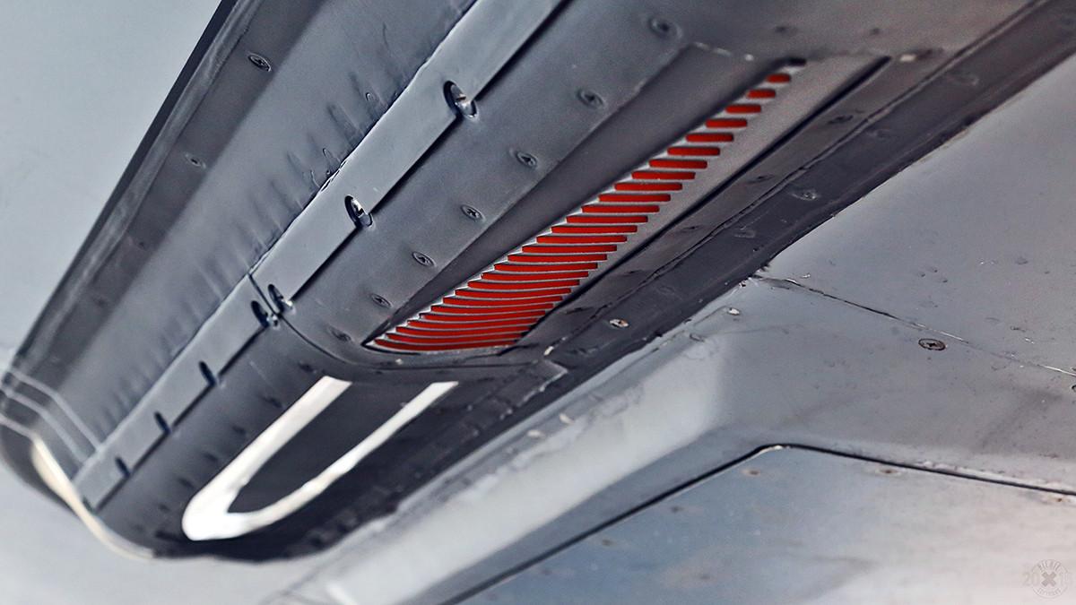 Unter dem Rumpf der KC-135 sind optische Hilfen für den Piloten des anderen Flugzeuges.