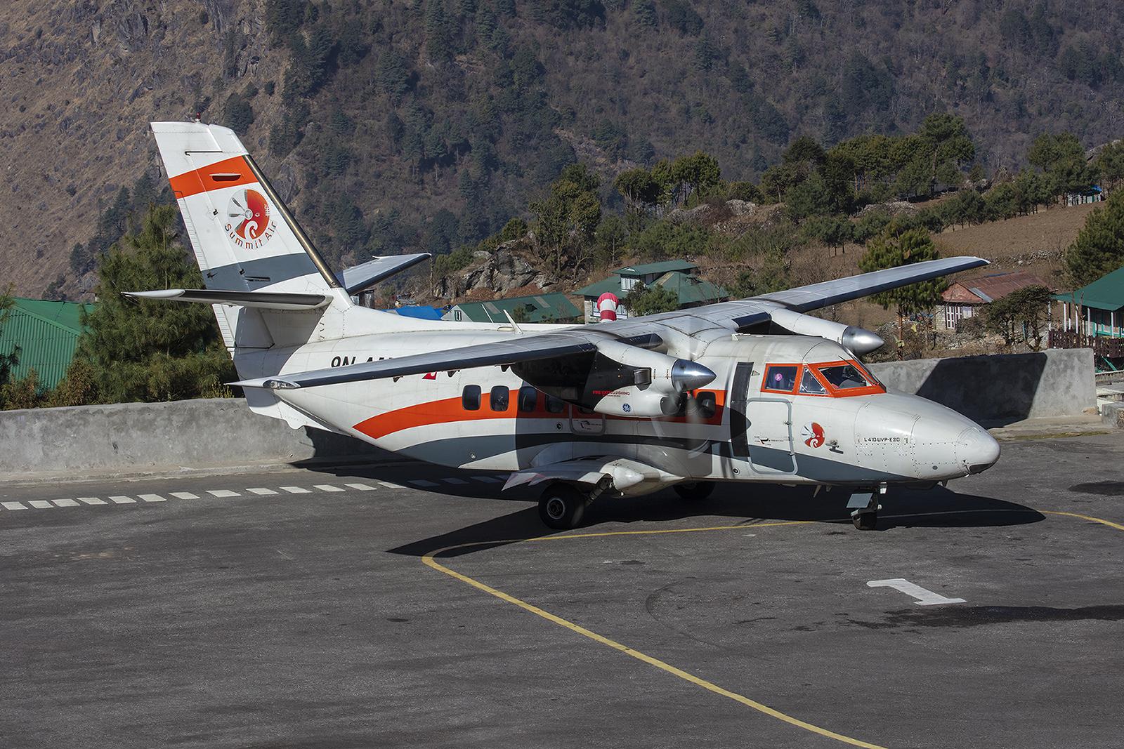 L-410 von Summitair. Die kleinen Maschinen aus der Tschechischen Republik sind ideal für Flugplätze wie Lukla.