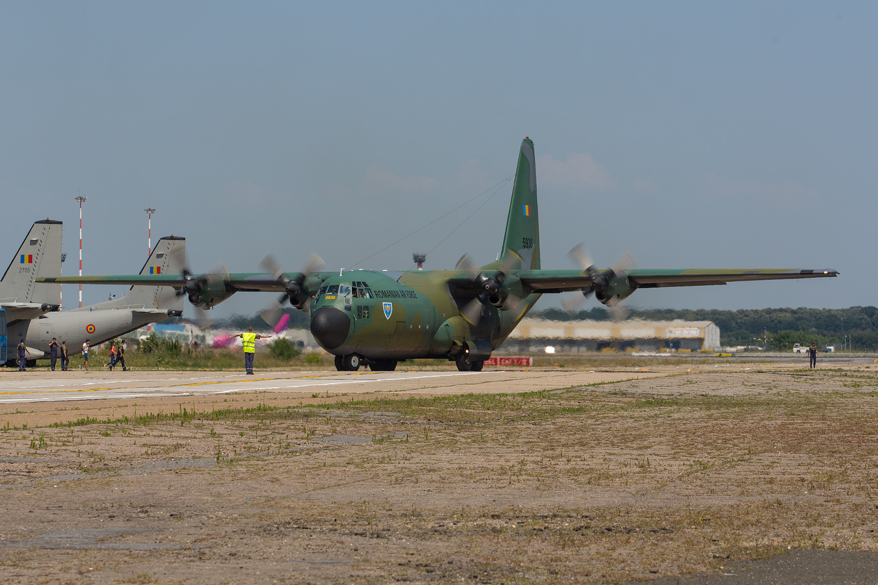 C-130B Hercules. Dieses sehr betagte Exemplar wurde 1997 aus Beständen der USAF übernommen, wo sie unter der Kennung 59-1530 flog.