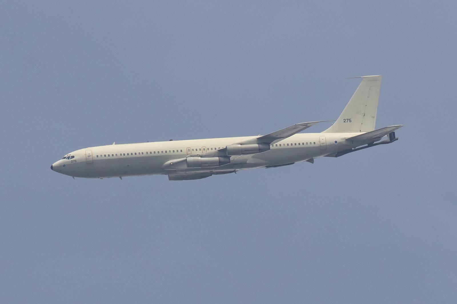 Hoch über dem Platz dreht die Boeing ein.