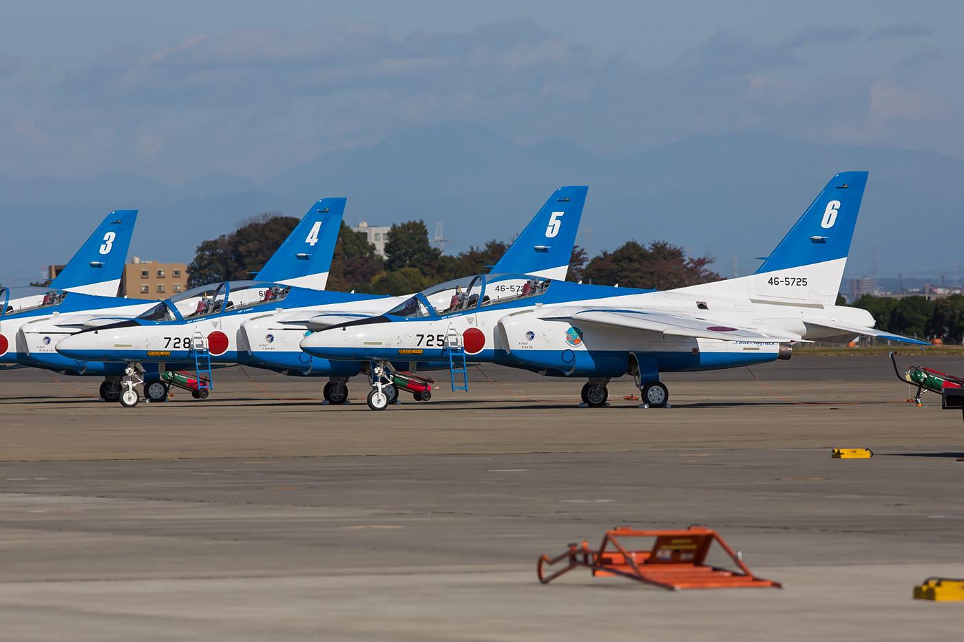 """Noch ruhen die """"Blue Impulse""""-Maschinen, ihre Piloten werden vom heimischen Publikum wie Popstars gefeiert."""
